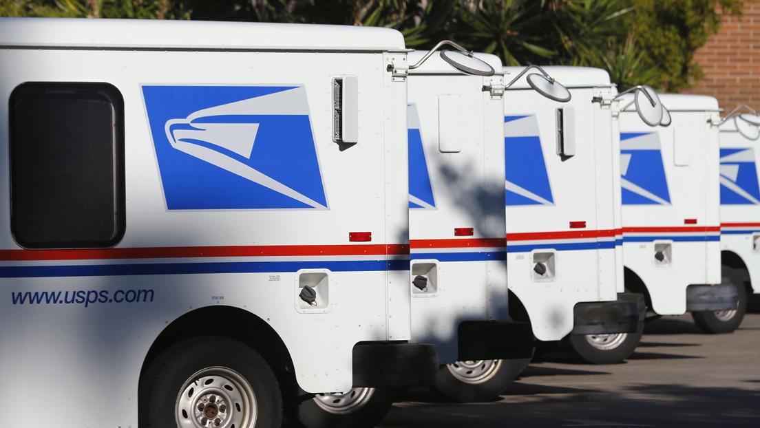 """Un cartero alquiló un almacén donde guardó miles de cartas sin entregar porque se sentía """"abrumado"""" con el trabajo"""
