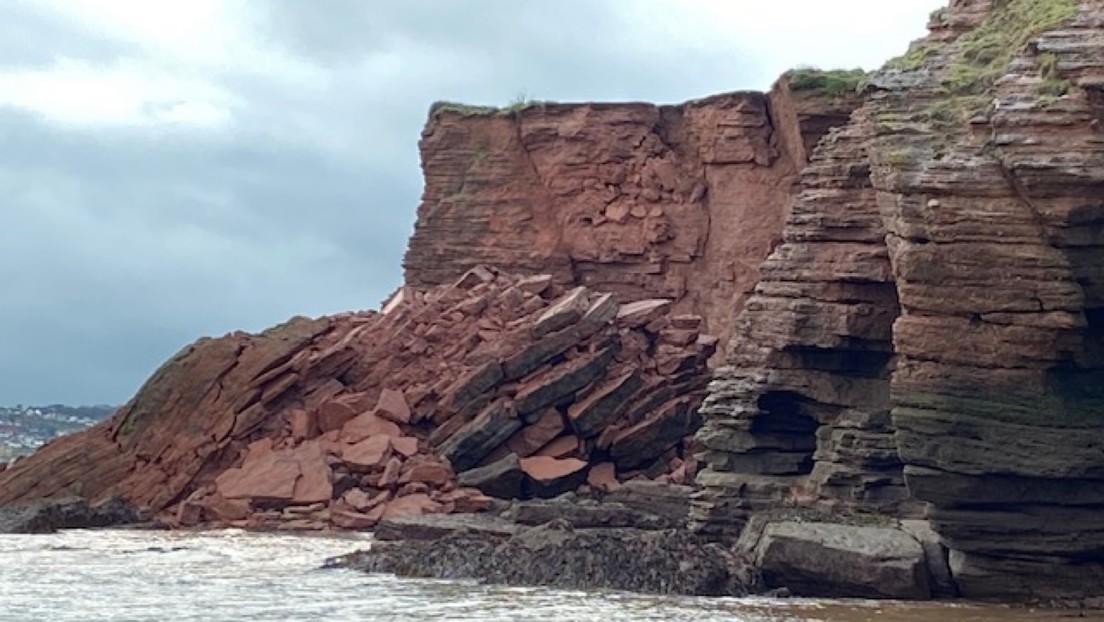 FOTO: Un acantilado se derrumba cerca de un barrio residencial británico