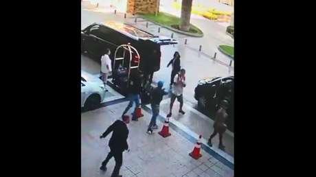 """VIDEO: Asalto a tres turistas frente a un lujoso hotel en Chile evidencia """"una nueva evolución del 'motochorro'"""""""