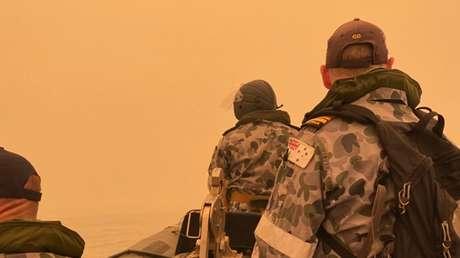 """La Armada y Fuerza Aérea de Australia participarán en """"la mayor evacuación de la región"""" afectada por incendios forestales"""