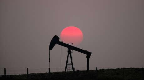 Los precios del petróleo se disparan más de 4,5 % tras el ataque de Irán a dos bases en Irak que albergan fuerzas de EE.UU.