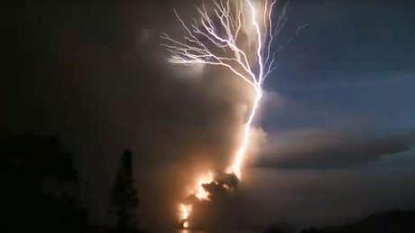 VIDEO: Una 'corona' de truenos y relámpagos tras la erupción del volcán Taal