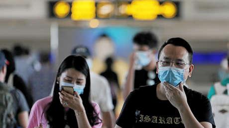 Preocupantes (y dudosas) imágenes: ¿Se desmayaron todas estas personas en el foco del coronavirus? (VIDEO)