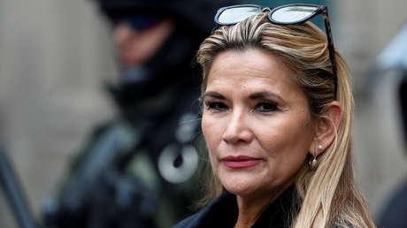 La presidenta de facto de Bolivia pide la renuncia de todos sus ministros