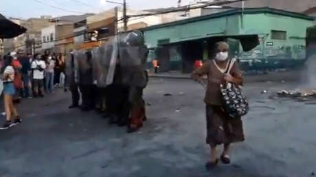 """VIDEO: La 'abuelita revolucionaria"""" que se hizo viral por apoyar las barricadas frente a los carabineros en Chile"""