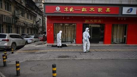 Un hombre yace muerto en plena calle de Wuhan sin que nadie se acerque: la realidad de la ciudad de origen del brote del coronavirus