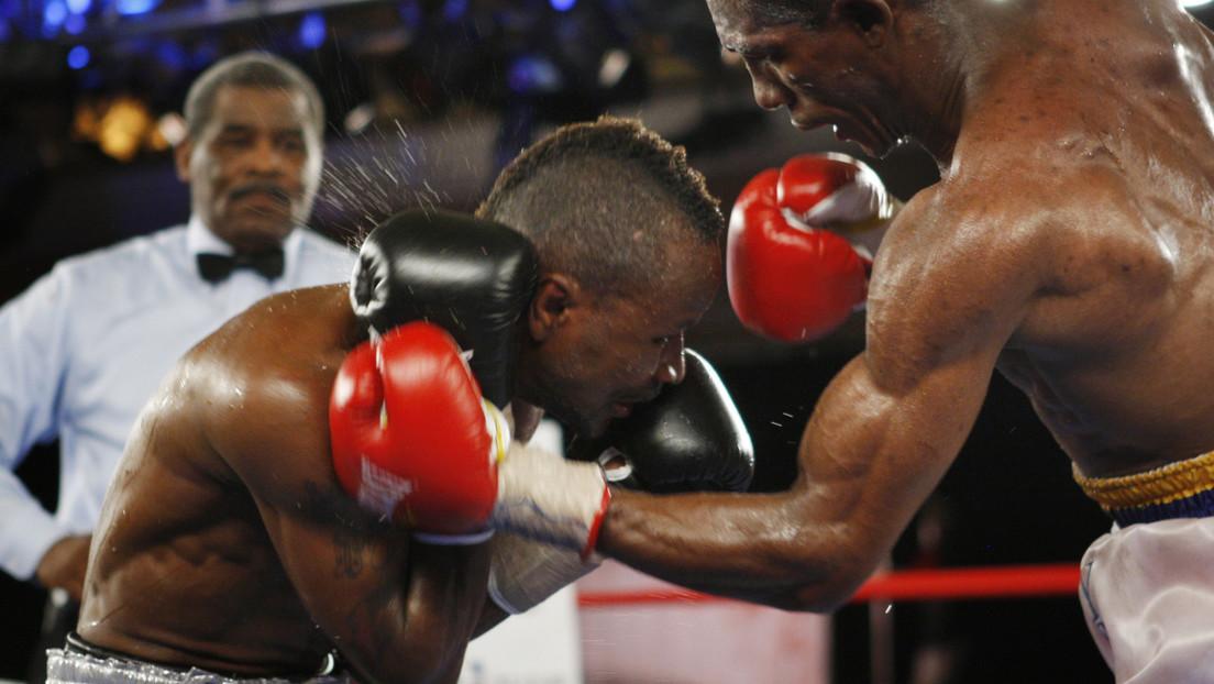 VIDEO: Un boxeador defiende su título ganando con un brutal nocaut que manda a su oponente al hospital