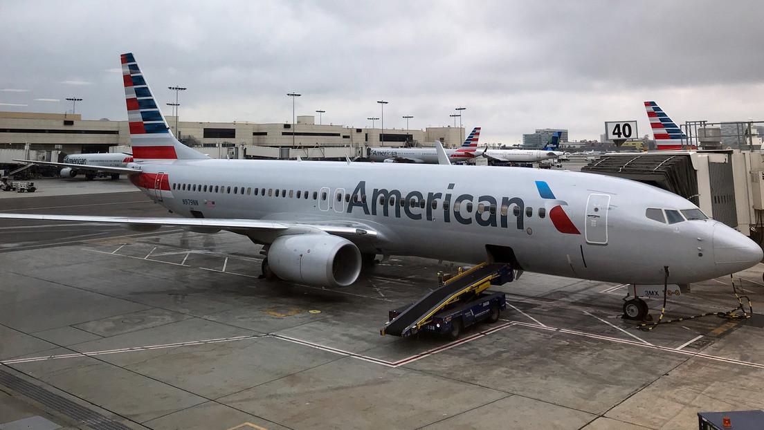 FOTO: Un hombre sube a bordo de un avión de American Airlines llevando una máscara de gas y siembra el pánico entre los pasajeros