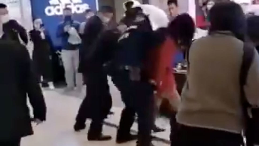 VIDEOS: Arrestan a una mujer en China por no usar mascarilla en un supermercado