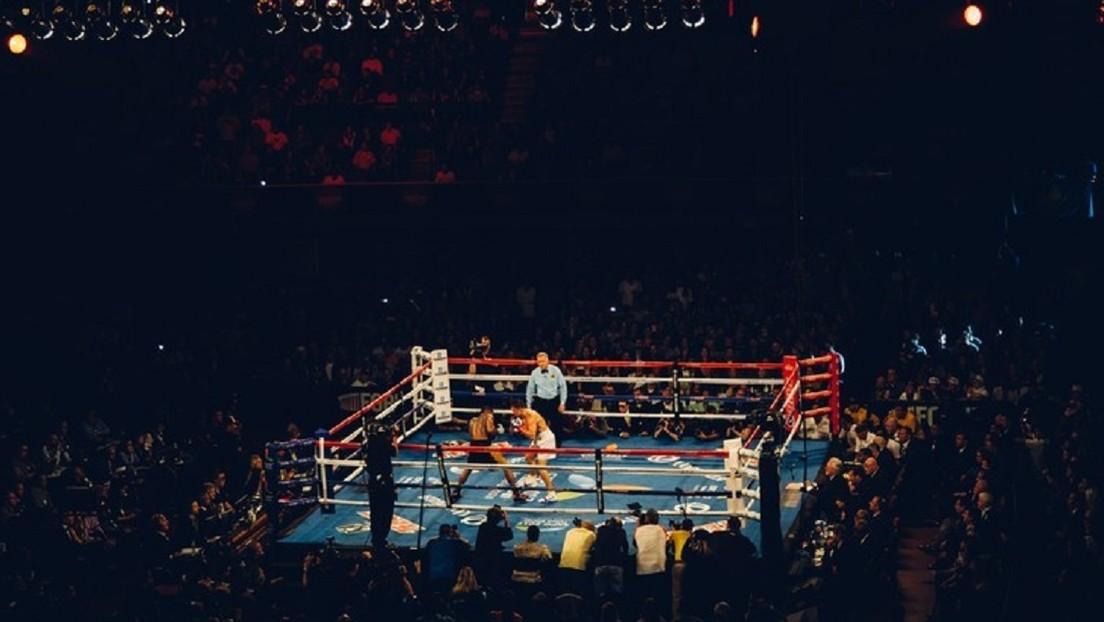 """VIDEO: """"El 'round' del año"""" en una salvaje pelea de boxeo con tres caídas y un golpe al árbitro en los primeros minutos"""