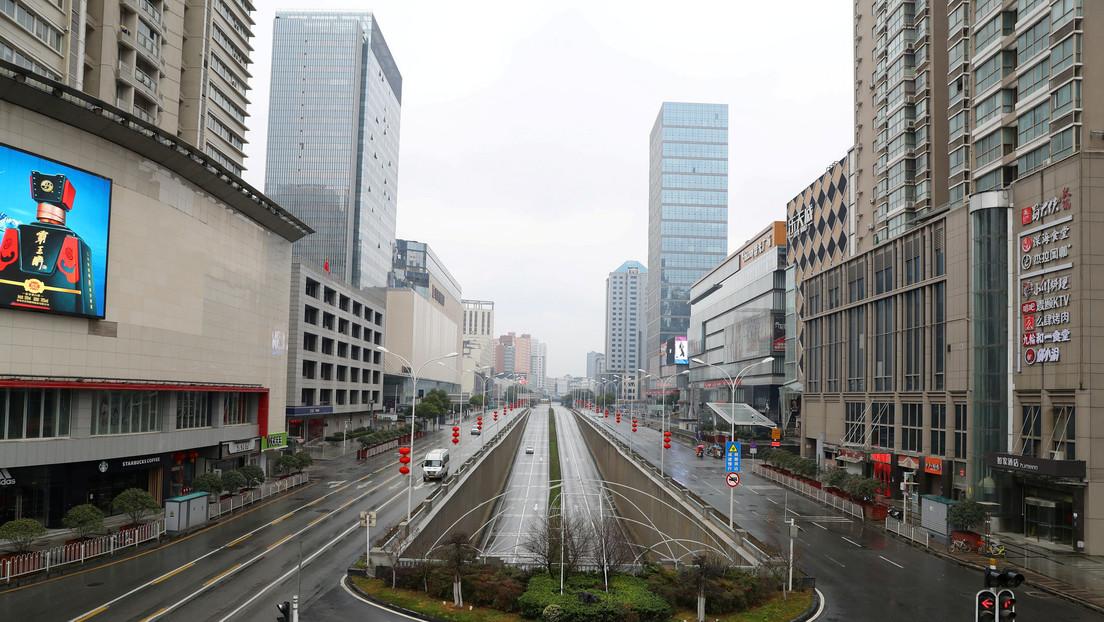 """La economía china afronta un creciente impacto negativo por el coronavirus (pero Pekín promete que va a  """"ganar la batalla"""")"""
