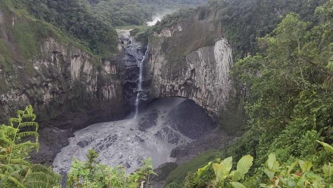 VIDEO: El momento en que una implosión deja casi sin agua a la cascada más alta de Ecuador