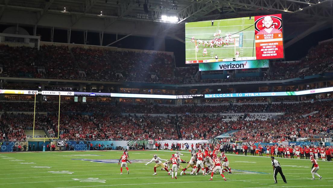 VIDEO: Se queda dormido en un caro asiento durante la final de la Super Bowl y las redes lo convierten en una 'estrella'