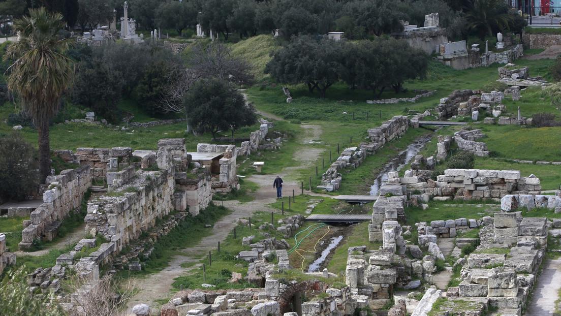 Hallan decenas de tablillas de maldición en un pozo de 2.500 años de antigüedad en Atenas