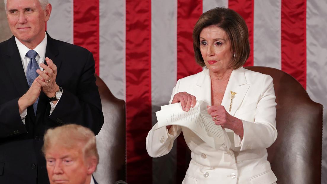 Pelosi rompe una copia del discurso de Trump justo detrás del mandatario (VIDEO)
