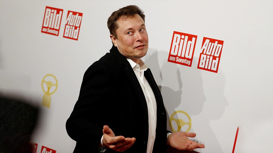 """VIDEO: Un error de Tesla hace que el coche detecte un """"fantasma"""" de Elon Musk como una persona real"""