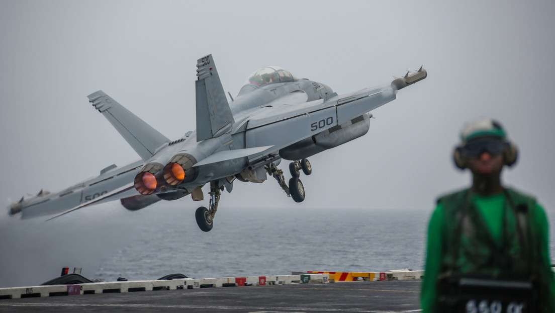 Dos cazas de la Armada de EE.UU. vuelan controlados desde otroavión como si fueran drones