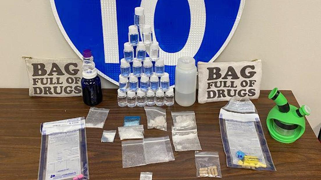 Arrestan a dos traficantes que llevaban narcóticos en bolsas con la indicación 'llena de drogas' estampada