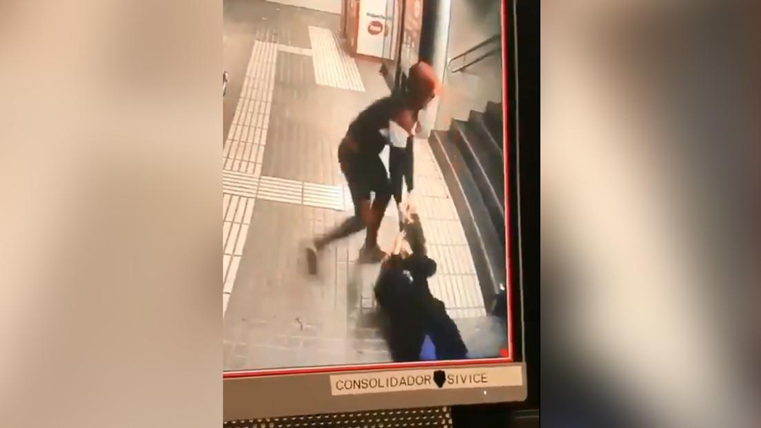 VIDEO: Una mujer sufre una brutal agresión a manos de un ladrón en el metro de Barcelona
