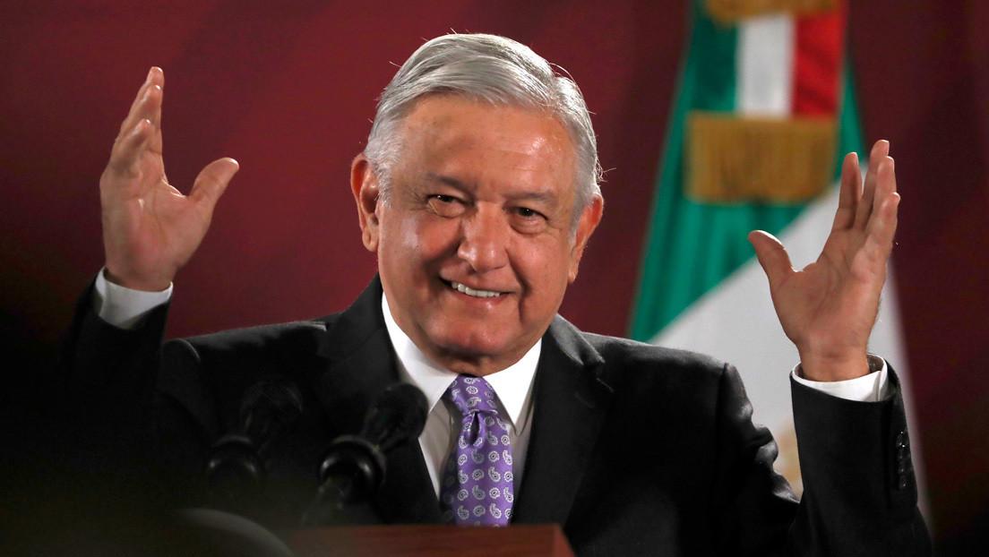 """VIDEO: Los consejos que """"el diablito de las redes sociales"""" le da al mandatario mexicano y la ola de memes que generó"""