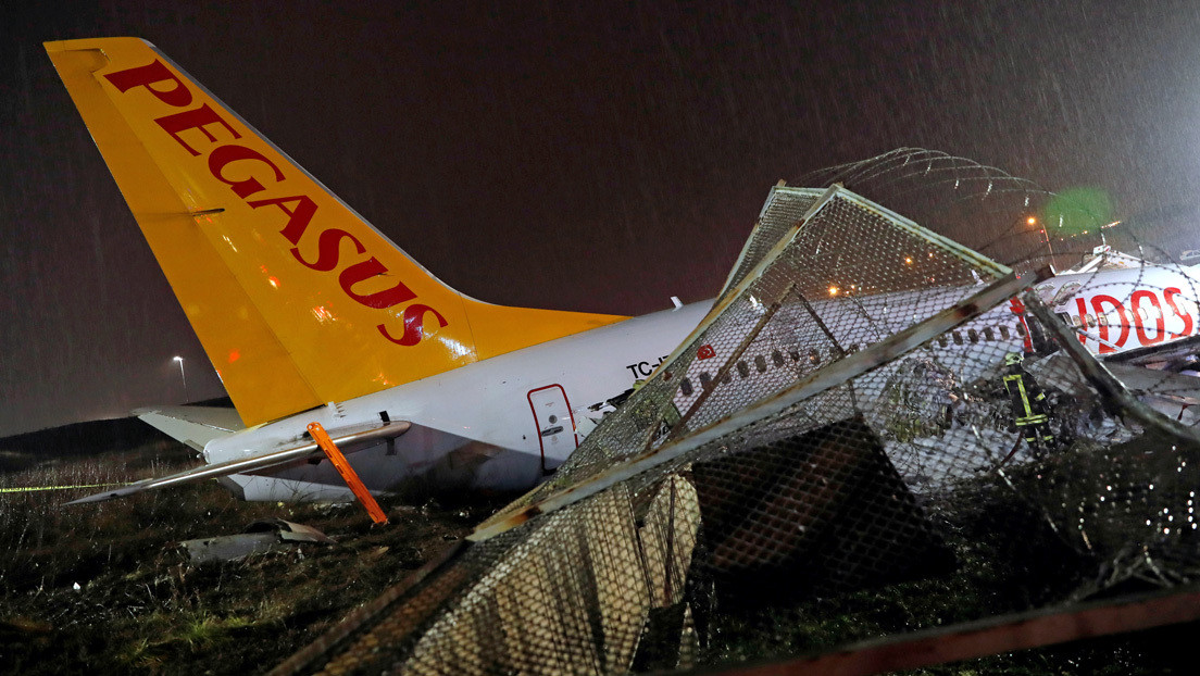 VIDEO: Un avión de pasajeros se sale de pista, se incendia y se parte en dos en Estambul
