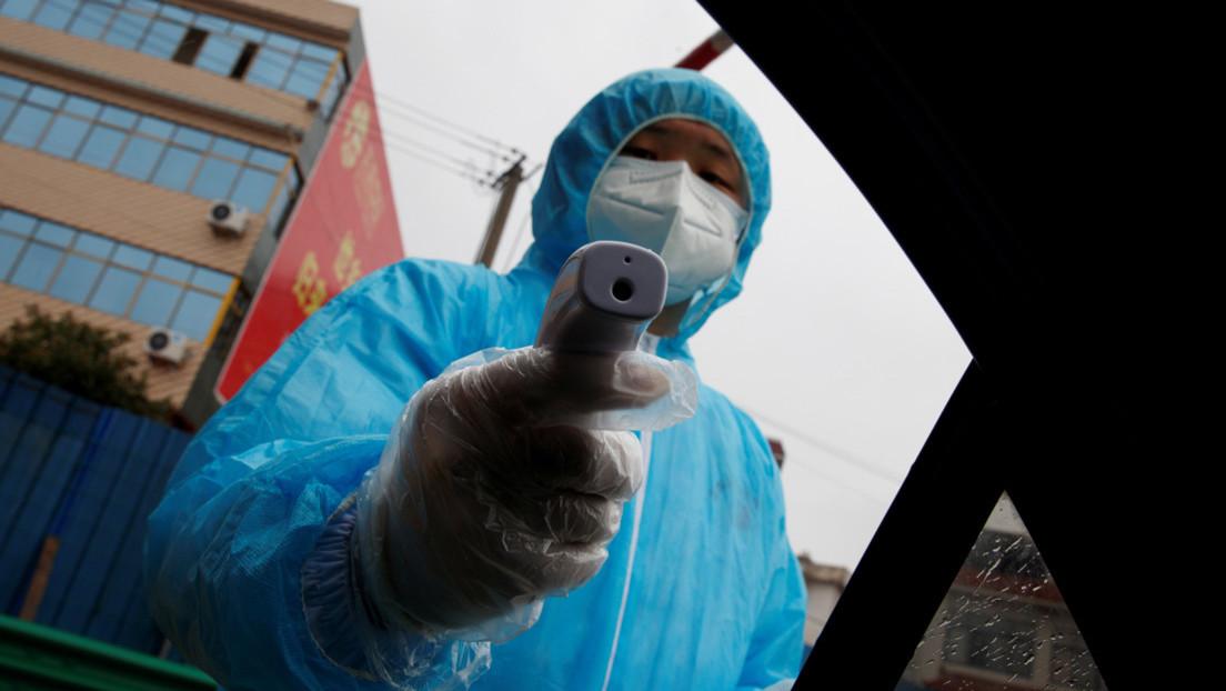 VIDEO: Paramédicos meten a un paciente por la fuerza en una ambulancia en medio del brote de coronavirus en China