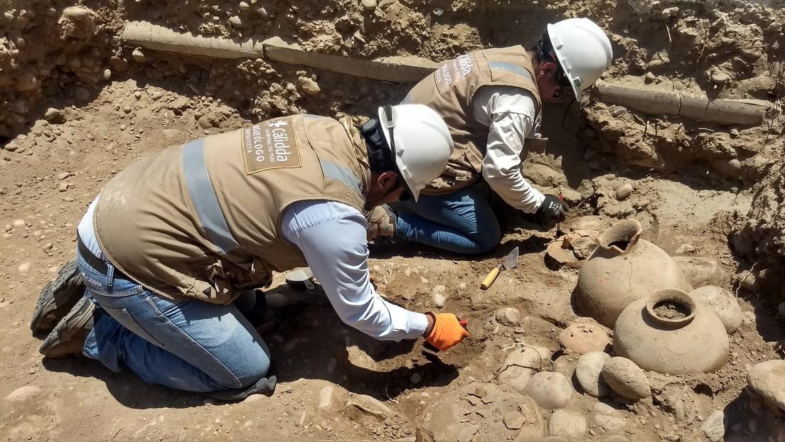 Empiezan a excavar una calle en Lima y descubren un cementerio de 1.800 años