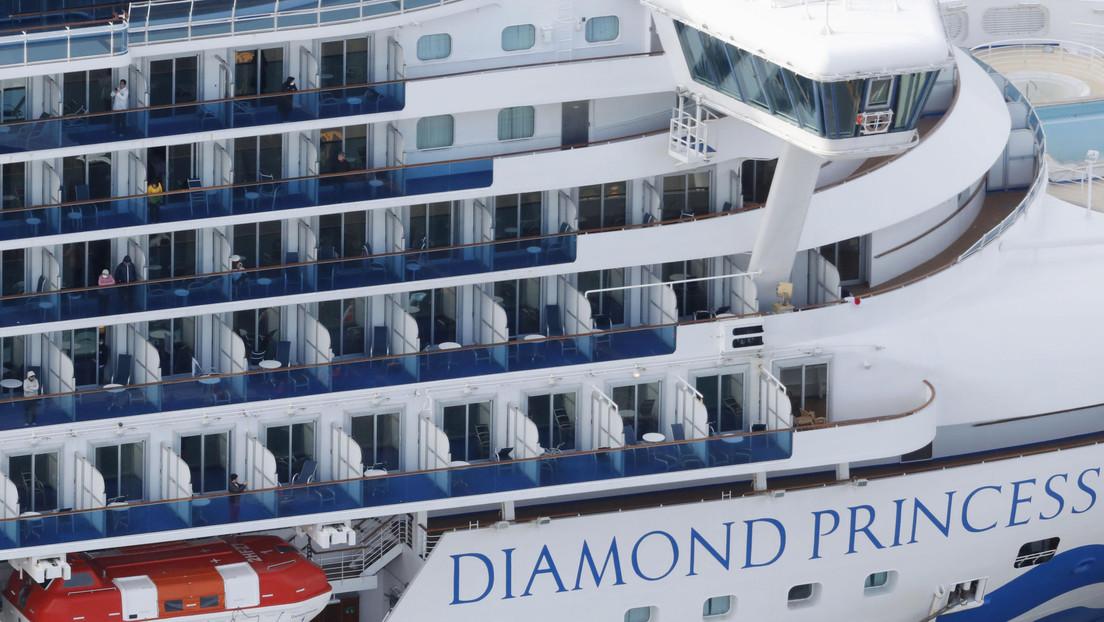 """De viaje de lujo a """"prisión flotante"""": así es el día a día de más de 2.000 pasajeros confinados en el crucero puesto en cuarentena cerca de Tokio"""