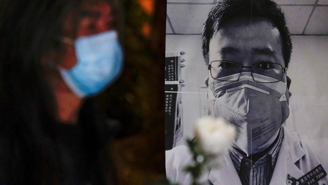 """Reportan la muerte por coronavirus del primer médico chino que advirtió sobre el brote y fue acusado de realizar """"comentarios falsos"""""""