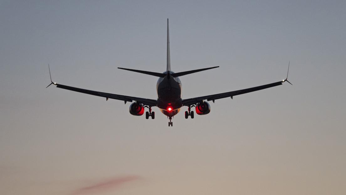 Un Boeing 737 aplasta a un remolcador con su conductor dentro en un aeropuerto de Tailandia (VIDEO)