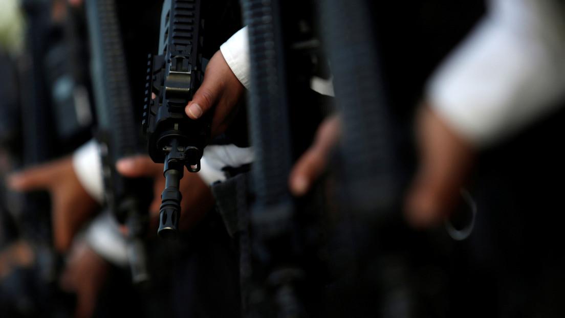VIDEO: El momento en que sicarios fuertemente armados entran a un municipio mexicano al ritmo de 'narcocorridos' y a plena luz del día