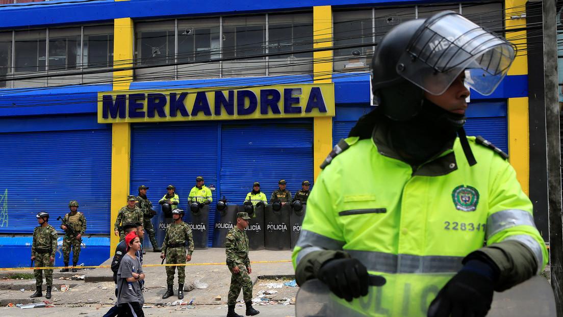 Encarcelan a un policía colombiano por violar a una joven que había sido detenida por entrar sin pagar en una estación de bus