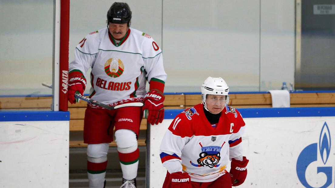 Putin y Lukashenko juegan hockey durante negociaciones (VIDEO)