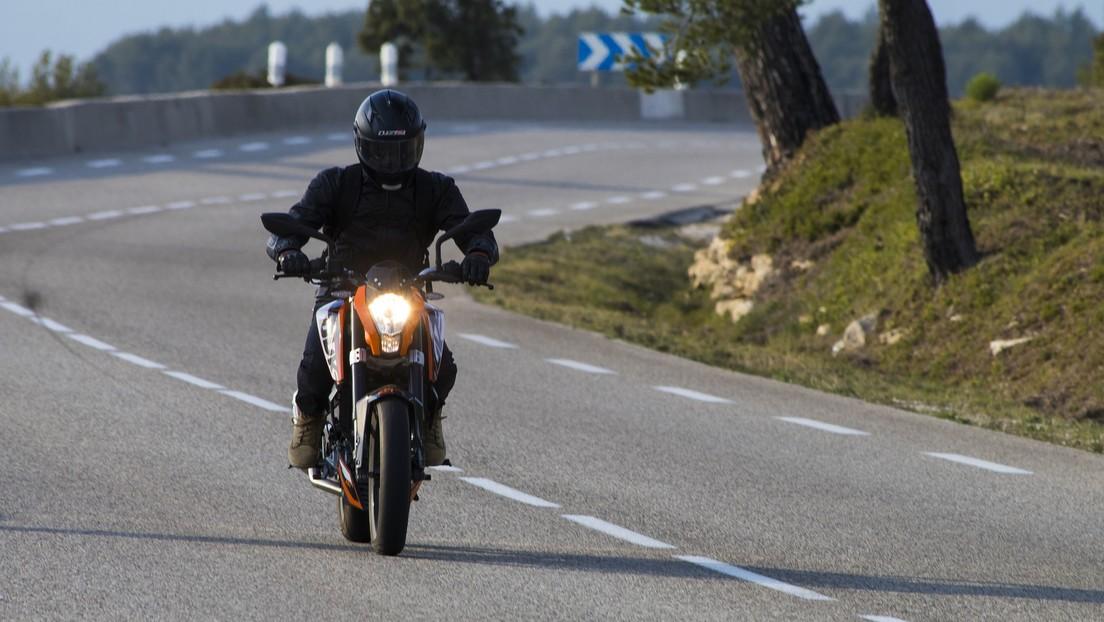 VIDEO: Motociclista aterrorizado evade un robo conduciendo a toda velocidad contra vía en una autopista de Brasil