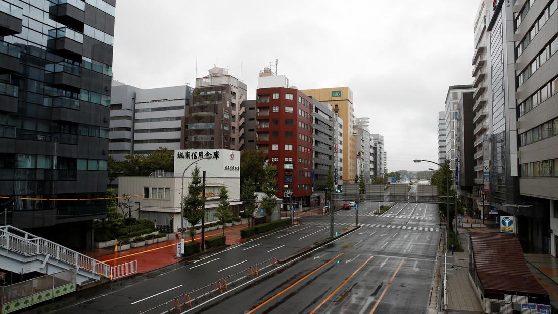 Un enorme chorro de agua surge en una calle de Japón