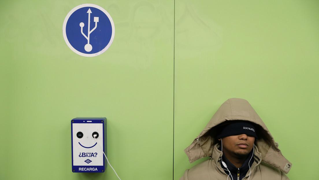 El peligroso 'efecto colateral' de cargar el móvil en autobuses y espacios públicos