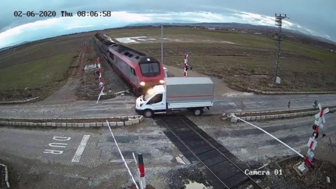 VIDEO: Un tren arrolla un camión que cruzó la vía cuando el semáforo estaba en rojo