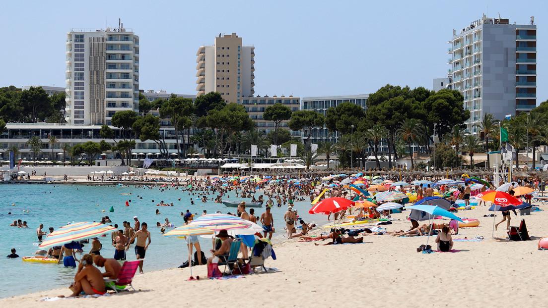 """Los hoteles de las islas Baleares quieren que los clientes firmen un documento de buena conducta para combatir el """"turismo de borrachera"""""""