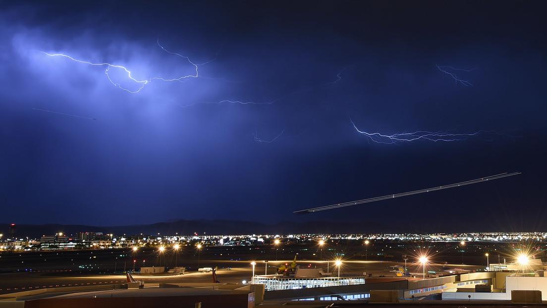 Momento en el que un rayo alcanza a un avión de pasajeros en pleno vuelo durante la tormenta Ciara