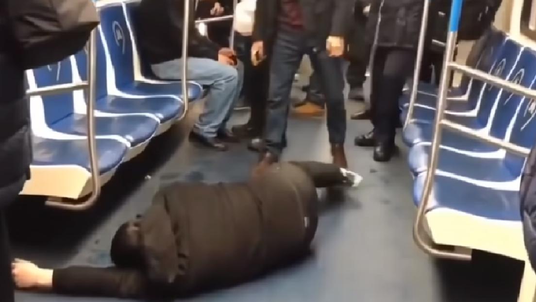 VIDEO: Un bloguero finge un ataque del nuevo coronavirus en el Metro de Moscú y acaba detenido