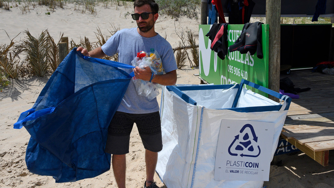 Plasticoin, la moneda virtual ecológica que limpia de plásticos las playas de Uruguay