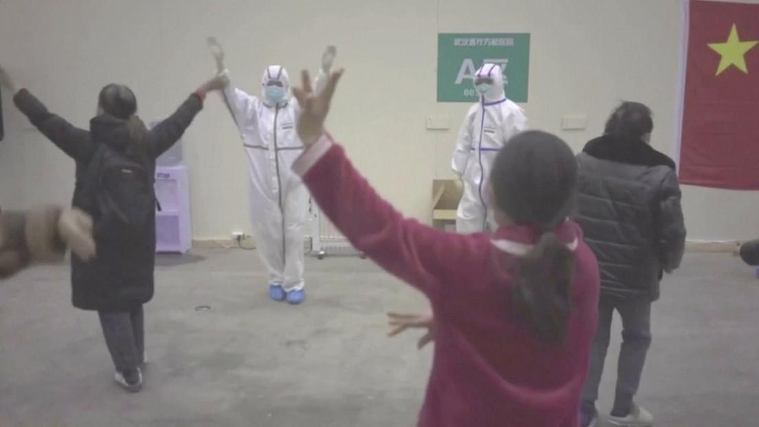 VIDEO: Personal médico de un hospital en Wuhan con trajes de protección baila con pacientes con coronavirus para animarlos