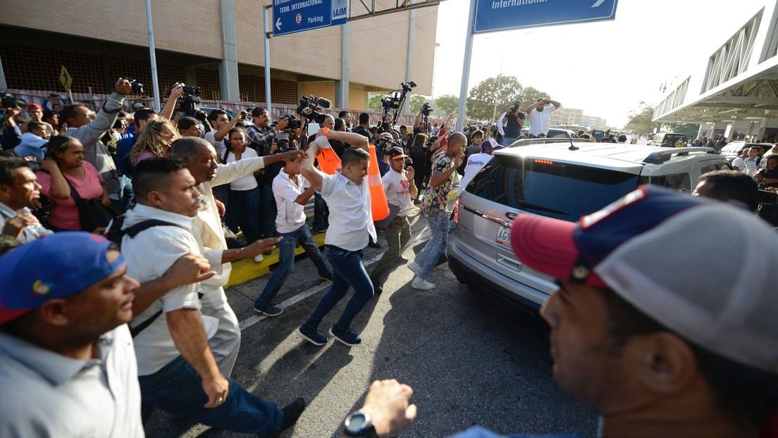Decenas de venezolanos repudian a Guaidó en su retorno al país tras su gira internacional (VIDEOS)