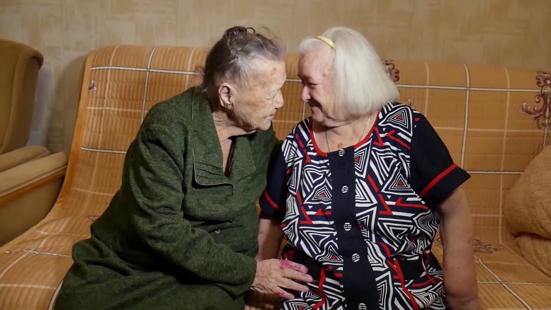 """""""Me dijeron que había muerto, pero seguí buscando"""": dos hermanas rusas separadas durante la Segunda Guerra Mundial se reencuentran 78 años después"""