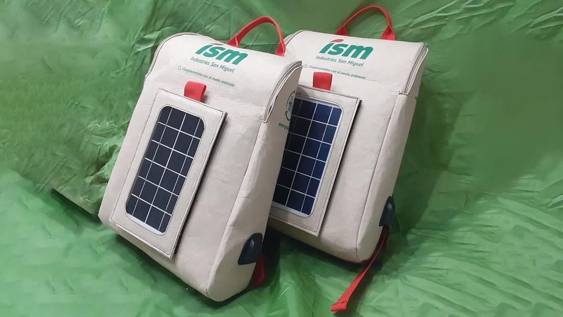 VIDEO: Crean en Perú la primera mochila inteligente hecha de botellas de plástico y con un panel solar incorporado