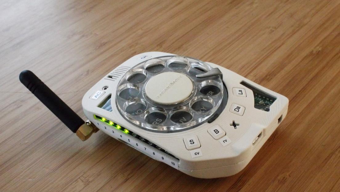 Ingeniera 'antipantallas' crea un celular retro con un disco giratorio para marcar (FOTOS)