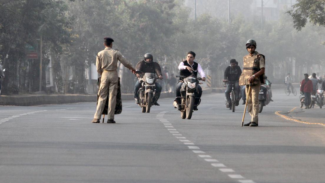 VIDEO: Motoristas arrastran a un policía de tránsito 500 metros a toda velocidad por la carretera en la India