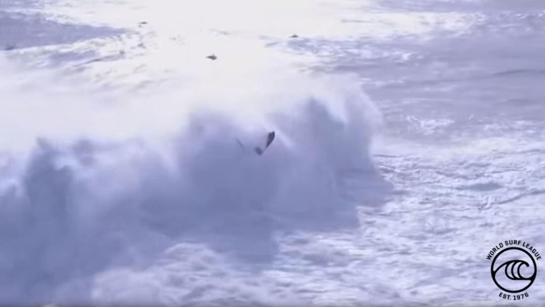 VIDEO: Una ola gigante 'devora' a dos personas en un campeonato de surf en Portugal