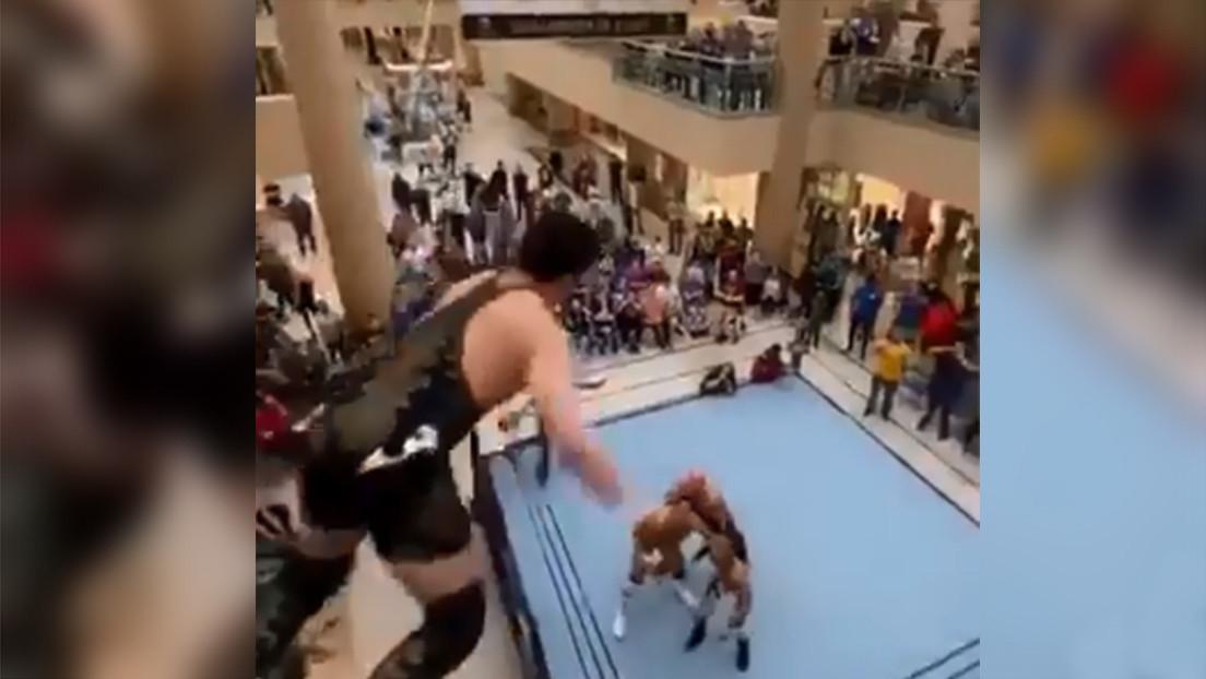 El loco momento en el que un luchador salta desde el segundo piso de un centro comercial sobre sus rivales en pleno combate