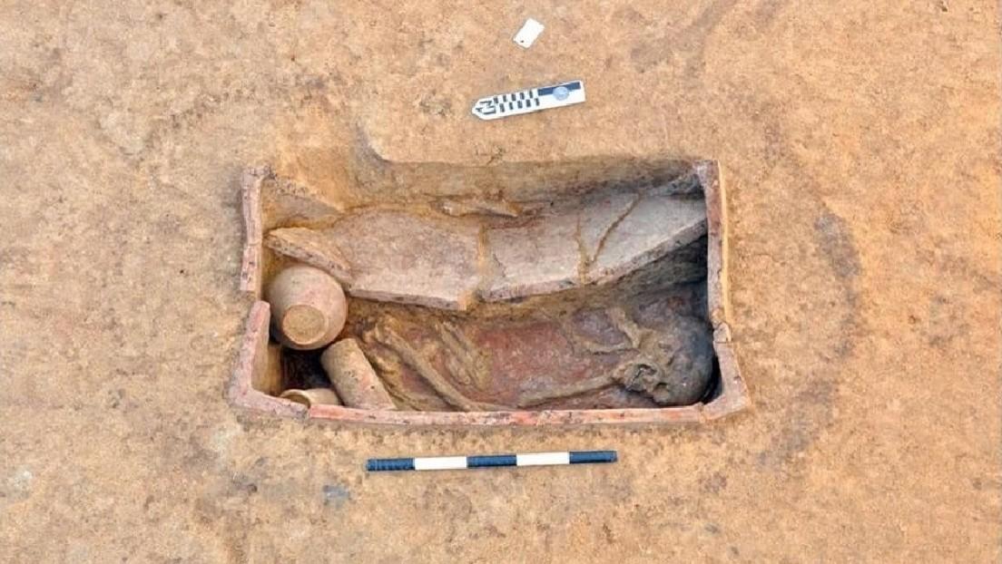 FOTOS: Hallan en Egipto 83 tumbas que datan del año 4.000 a.C y muestran su contenido